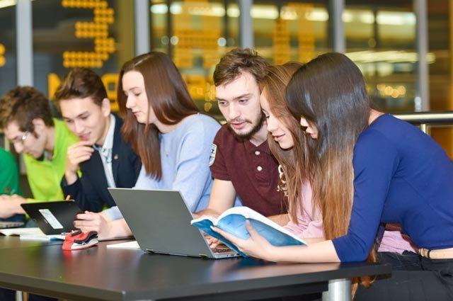 Студенты проходят онлайн-курсы в библиотеке университета.