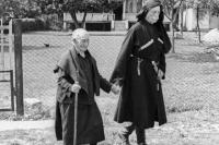 Женщина-долгожитель Хфаф Лазурия, прожившая 137 лет, гуляет со свои младшим сыном. 1973 г.
