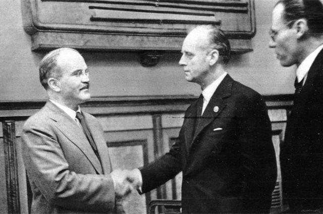 В. Молотов и И. фон Риббентроп пожимают руки после подписания пакта.