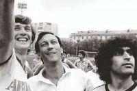Кадр с футбольного матча с участием команды «Авось» актёров «Ленкома».