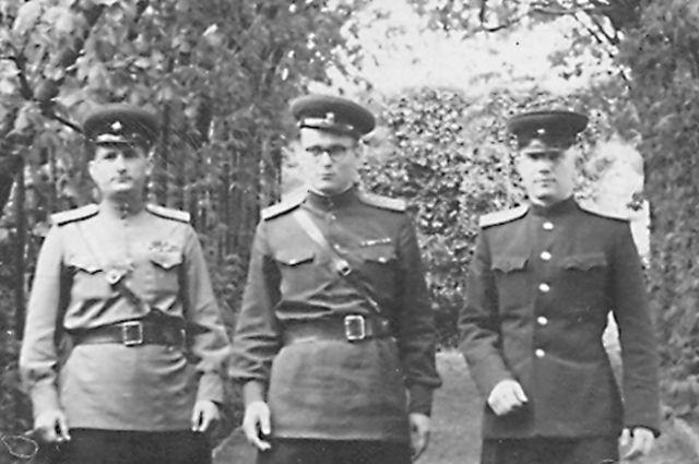 Николай Ганул (в центре) вместе со своими однополчанами во время службы в Группе советских войск в Германии.
