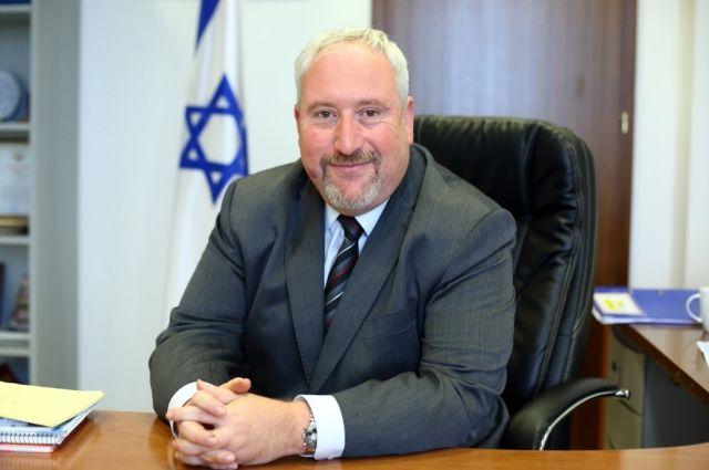 Алон Шоган, магистр политических наук. Владеет ивритом, русским, английским, чешским, китайским и французским языками.