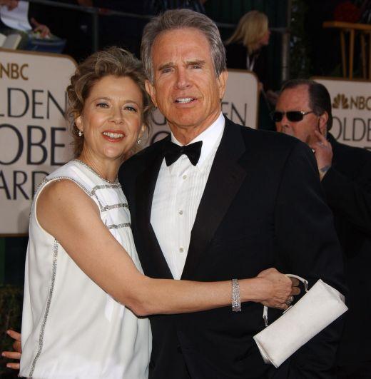 Уоррен Битти, актёр, обладатель премии Оскар и режиссёр, до 55 лет носил звание холостяка. Однако в 1992 году 55-летний Битти женился на актрисе Аннетт Бенинг, с которой создал счастливую семью. Супруга подарила ему четверых детей.