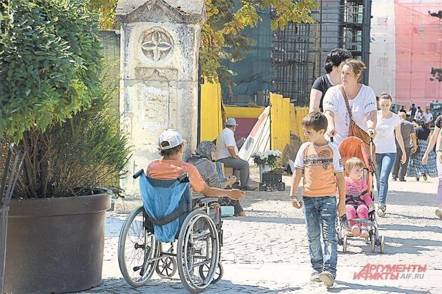 Типичная картина для Румынии: плохо одетые люди клянчат хоть немного денег. Уровень жизни здесь еле-еле достиг показателей, бывших при Чаушеску, хотя диктатора свергли 30 лет назад.