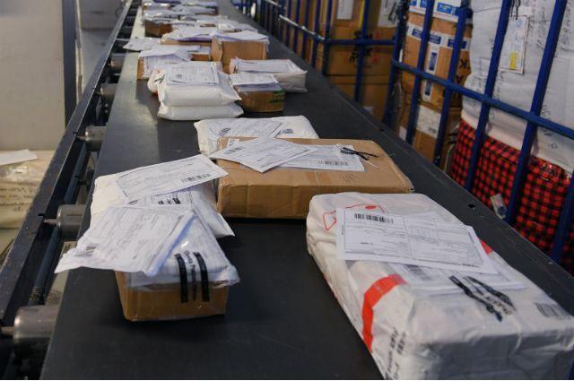 Проверка международных почтовых отравлений в аэропорту.