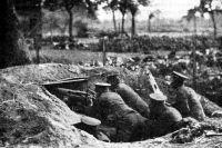 Маскировка позиции пулемёта. 1915 г.