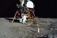 Базз Олдрин выгружает комплект научных приборов.
