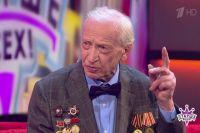 """На проекте """"Старше всех"""" Федор Коваль осматривал певца Стаса Костюшкина, чтобы понять, годен ли тот к строевой службе."""