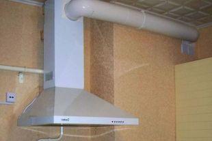 Вытяжку нужно устанавливать так, чтобы ее отводной канал не полностью перекрывал канал общедомовой вентиляции, особенно в старых домах, в которых вытяжная шахта работает исключительно на естественной циркуляции.