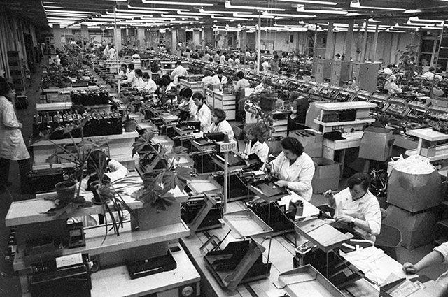 Цех производственного объединения «ВЭФ», в котором собирают знаменитые вэфовские транзисторные радиоприемники, 1982 г.