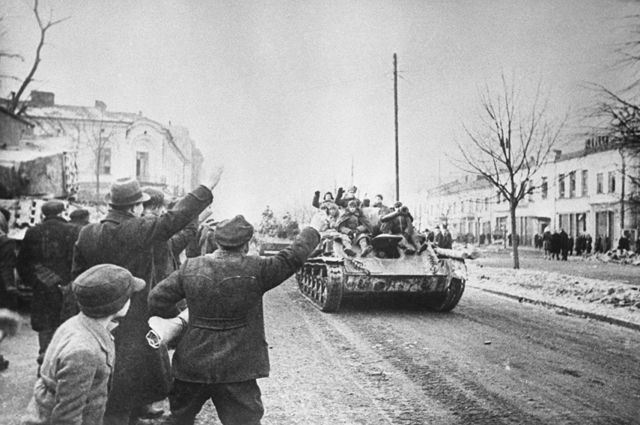 Великая Отечественная война 1941-1945 гг. Освобождение Польши от немецко-фашистских захватчиков. Висло-Одерская операция, 12 января - 3 февраля 1945 г. Жители города Ченстохова приветствуют советских солдат.