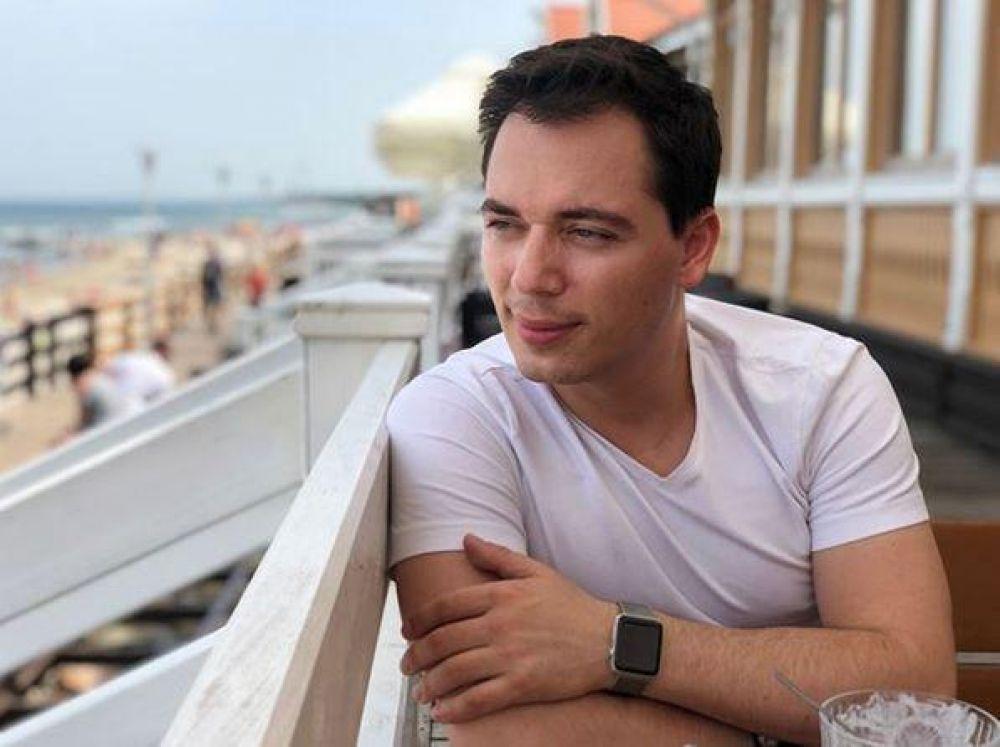 Родион Газманов с красным дипломом окончил Финансовую академию при правительстве РФ, однако пошёл по стопам отца и бизнесу предпочёл карьеру певца и артиста.