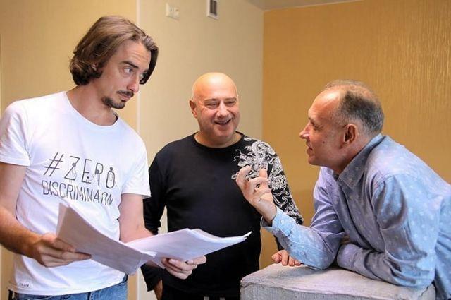 Владимир Ушаков (в центре) с актерами спектакля