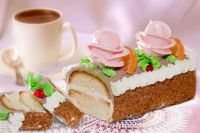 """Торт """"Сказка"""" -  бисквитный с шоколадным кремом, по форме напоминает «рулетик»."""