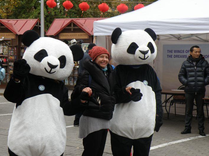 Полюбившимися персонажами в тот день стали панды, которые считаются одним из символов Китая.