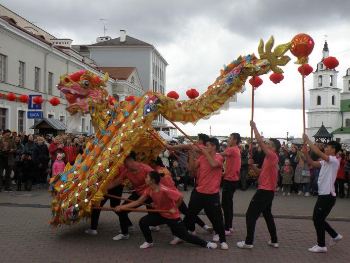 Конечно, самым ярким и запоминающимся моментом был танец дракона. Зрители с восторгом наблюдали, как на площади «оживает» одна из китайских легенд.