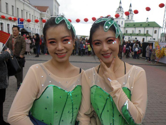 - Сегодня много китайских бывших школьников приезжают в Беларусь получать образование, а белорусские студенты - на стажировку к нам. Поэтому это интересно, когда две культуры узнают друг друга лучше, - рассказывает танцовщица Ху Сий Ель (на фото справа), приехавшая учиться в Беларусь из провинции Хубэй.