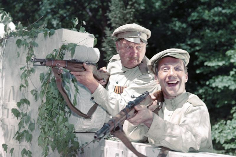 Новые приключения неуловимых» (1968) — конвоир.