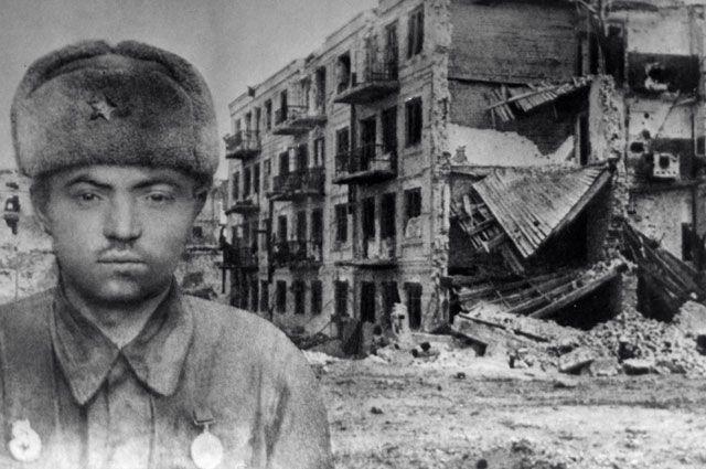 Герой Советского Союза сержант Яков Павлов на фоне разрушенного дома.