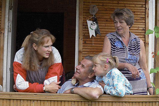 Лев Яшин с семьей на даче.
