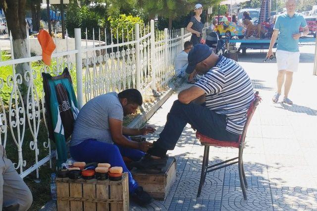 В Албании услуга по чистке обуви до сих пор популярна.