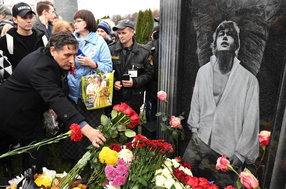 Люди, пришедшие почтить память актера Николая Караченцова.