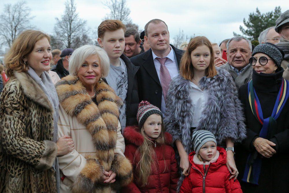 Родственники Николая Караченцова у его памятника на Троекуровском кладбище.