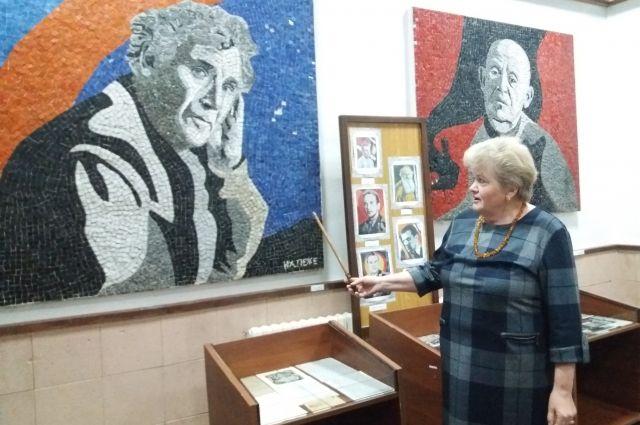 Галина Игнатович проводит экскурсию по музею Народной славы, где выставлены панно Нади Леже.