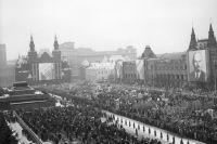 Демонстрация на Красной площади в Москве, организованная в рамках празднования Дня Великой Октябрьской Социалистической Революции. 1989 г.