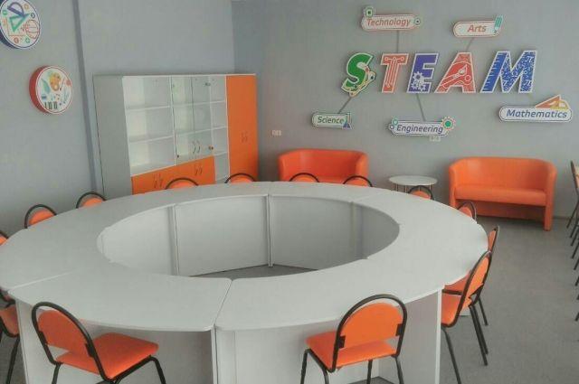 STEM-класс организован не так, как обычные школьные кабинеты. Модульная мебель позволяет быстро трансформировать пространство для занятий в группах и командах или для индивидуальной работы. Есть зона для работы за компьютерами, для тестирования роботов и даже для отдыха и общения.