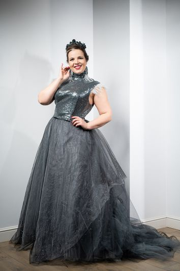 Платье для выхода в тиарах – реализованная идея Виктории Клевец, которая дополнила свой образ украшением от Оксаны Матиевской