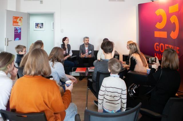 День открытых дверей в Институте имени Гёте, Якоб Рачек (в центре) общается с посетителями.