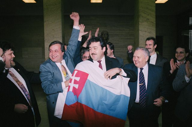 Депутаты словацкой партии SNS с флагом Словакии 25 ноября 1992 г., когда Федеральное собрание (парламент ЧСФР) приняло закон о разделении страны с 1 января 1993 г.