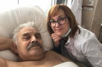 Дмитрий Георгиевич с Юлей в паллиативном отделении. Врач уже пришел в себя.