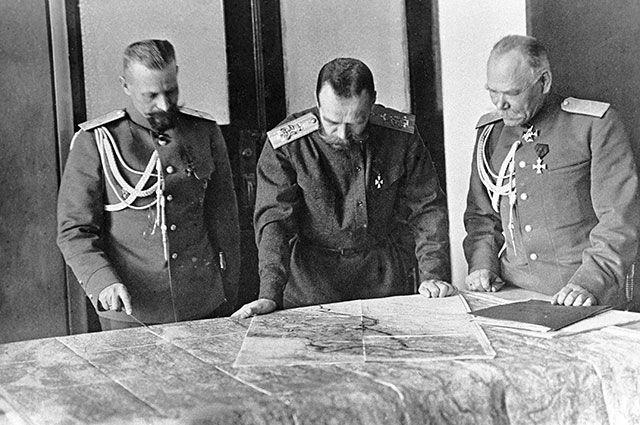 Николай II обсуждает план боевых действий с генералами во время Первой мировой войны.