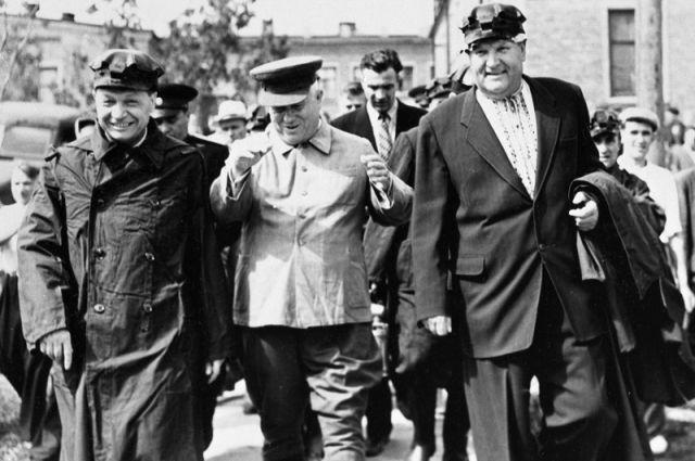 Никита Хрущев (в центре) с шахтёрами.