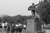 Памятник пионеру-герою Вале Котику в Шепетовке.