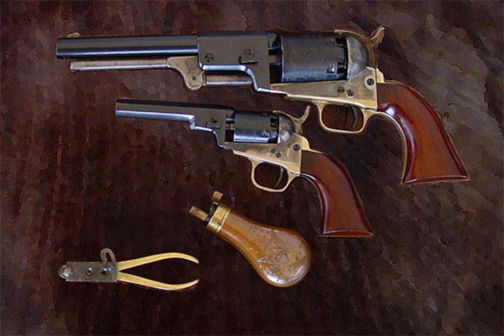 Годом позже Кольт доработал модель Walker и представил револьвер Dragoon. Этот продукт был предназначен для конных стрелков американской армии, но был очень популярен среди гражданских лиц. Кроме этого, он активно использовался в американской гражданской войне. На фото: третья модель револьвера Dragoon и уменьшенный карманный вариант 1849 года.