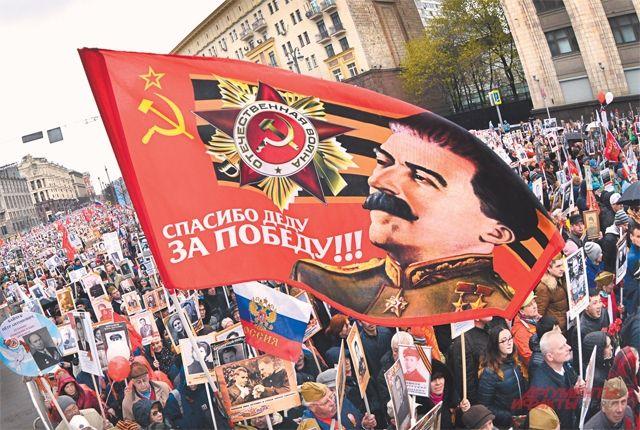«Главная фигура умолчания в устах руководителей нашего государства на всех официальных мероприятиях, связанных с Победой, – это как раз фигура Сталина». На фото: шествие «Бессмертного полка» в Москве. На нём носить изображение Верховного главнокомандующего никто не запрещает.