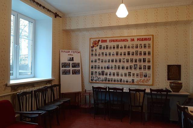 На стенде есть фотографии всех ветеранов, которые жили в доме.