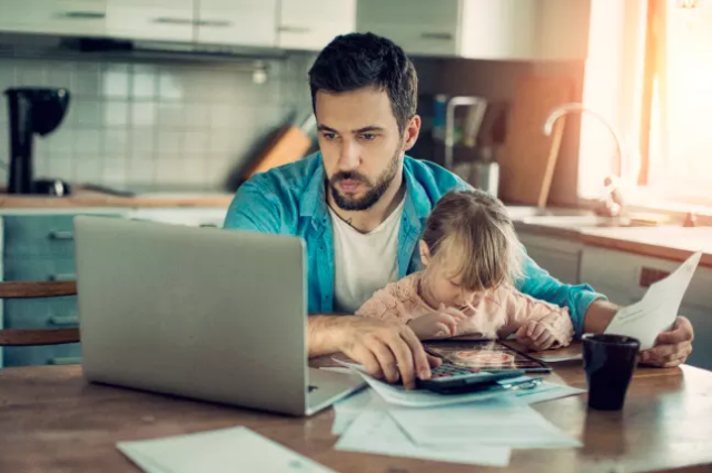 Проще всего достигнуть неофициальной договоренности между нанимателем и работником о временной работе из дома.