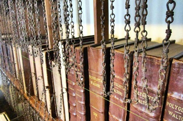 Современная библиотека королевской гимназии в Гилфорде, Англия.