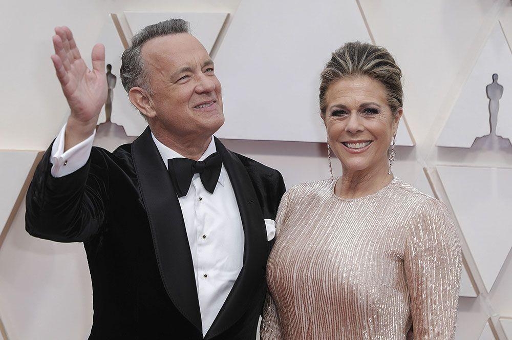 Том Хэнкс. Первым голливудским актером, заразившимся коронавирусом, был Том Хэнкс. Он и его жена Рита Уилсон получили положительный результат анализа 13 марта, будучи в Австралии.