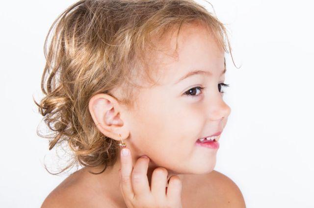 Ребенок рискует зацепиться сережкой за что-то и получить травму.