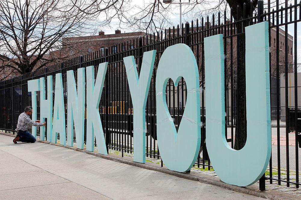 Благодарность работникам здравоохранения центра Элмхерст в Квинсе, Нью-Йорк, США.