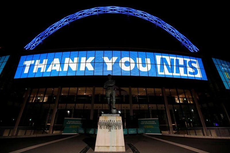 Сообщение «Спасибо, NHS» на стадионе Уэмбли в Лондоне.