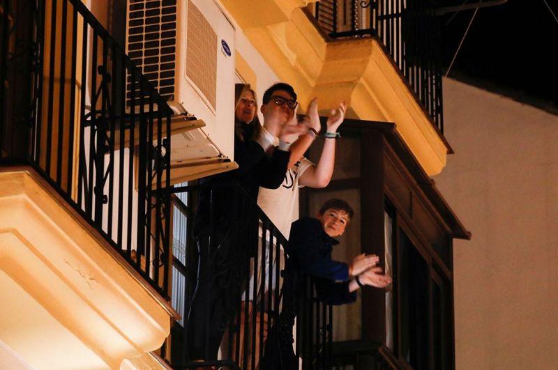 Испанцы аплодируют медикам с балконов, Ронда, Испания.