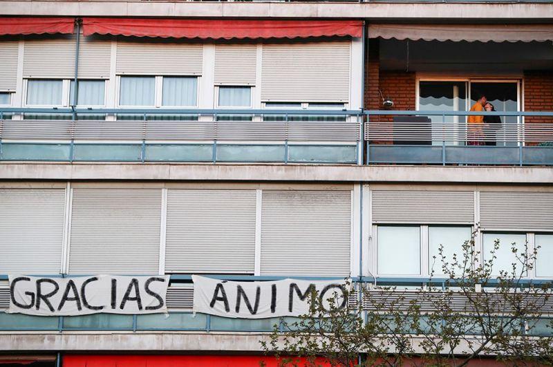 Надпись «Спасибо» на балконе в Мадриде, Испания.
