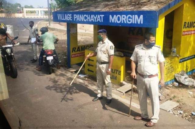 Полицейские били нарушителей карантина палками.