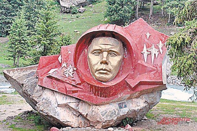 Памятник Юрию Гагарину в Барскаунском ущелье, 1990 г.